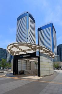 東京メトロ豊洲駅とビル群の写真素材 [FYI04027539]