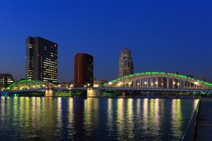 勝鬨橋 ビル群の夜景の写真素材 [FYI04027544]