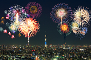 東京スカイツリー 花火の写真素材 [FYI04027557]