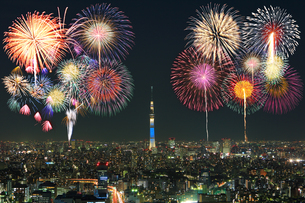 東京スカイツリー 花火の写真素材 [FYI04027562]