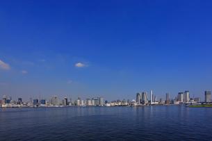 お台場から東京湾岸のビルの写真素材 [FYI04027573]