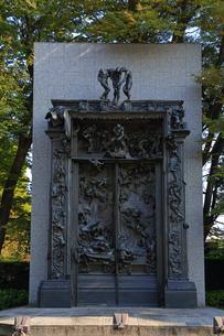 西洋美術館の中庭 地獄の門の写真素材 [FYI04027580]