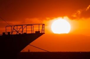 関門海峡の日の出と船のシルエットの写真素材 [FYI04027597]
