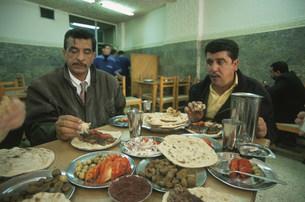 食堂で昼食を取るバグダッド市民の写真素材 [FYI04027690]