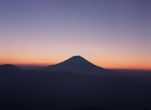 七面山から望む夜明け前の富士山の写真素材 [FYI04027721]