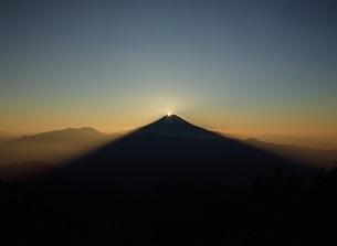 七面山から望んだダイヤモンド冨士の写真素材 [FYI04027727]