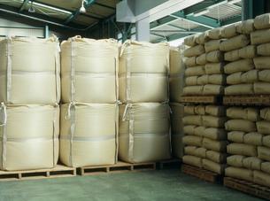 玄米フレコンと大豆30キロの紙袋の写真素材 [FYI04027760]