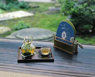 縁側の冷茶と団扇の写真素材 [FYI04028048]