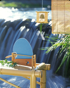 川辺の縁台とすだれと風鈴の写真素材 [FYI04028083]