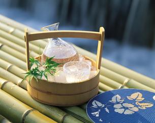 うちわと冷酒の写真素材 [FYI04028089]