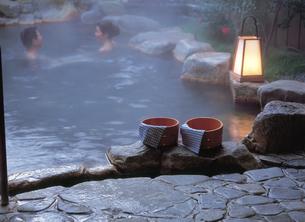 桶と露天風呂の夫婦の写真素材 [FYI04028123]