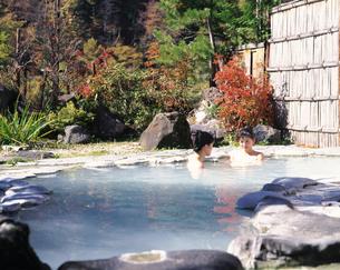 露天風呂に入る女性の写真素材 [FYI04028124]