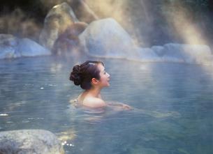 露天風呂の女性の写真素材 [FYI04028125]