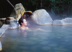 露天風呂の女性の写真素材 [FYI04028126]