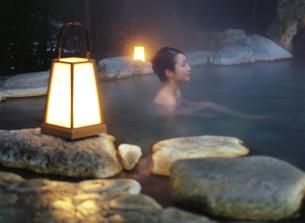 行燈と露天風呂の女性の写真素材 [FYI04028128]
