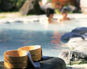 露天風呂と桶の写真素材 [FYI04028130]