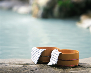 露天風呂と桶と手ぬぐいの写真素材 [FYI04028132]