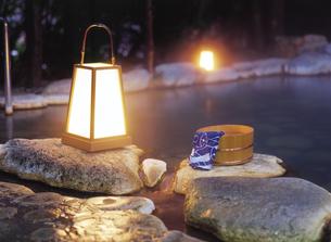 行燈と桶の写真素材 [FYI04028138]