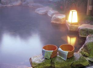 桶と行燈 露天風呂の写真素材 [FYI04028139]
