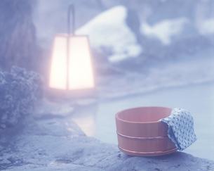 露天風呂と桶と手ぬぐいの写真素材 [FYI04028140]