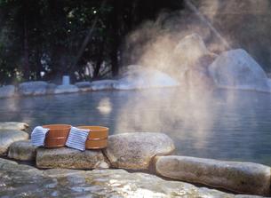 二つの桶と露天風呂の写真素材 [FYI04028144]