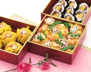 ちらし寿司と桃の花の写真素材 [FYI04028198]