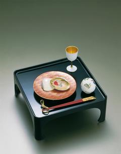 懐石イメージ 黒塗り膳と貝合せの写真素材 [FYI04028245]