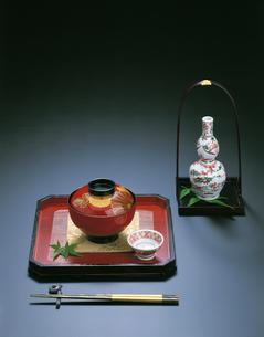 懐石 塗椀と赤絵の酒器の写真素材 [FYI04028251]
