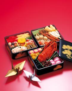 おせち料理と金銀の折鶴の写真素材 [FYI04028261]