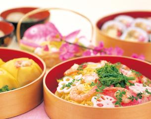 3種類の寿司と蛤のすまし汁の写真素材 [FYI04028262]