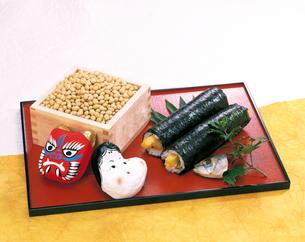 節分の豆と鬼と福の面と巻き寿司の写真素材 [FYI04028264]