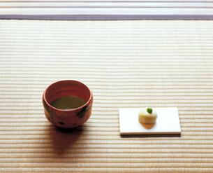 和菓子と茶碗の写真素材 [FYI04028280]