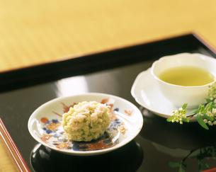 和菓子と煎茶の写真素材 [FYI04028282]