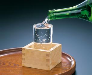 日本酒を注いでいるところの写真素材 [FYI04028304]