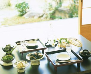 2つのお膳と秋明菊の机の写真素材 [FYI04028332]