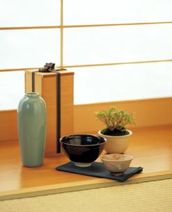 茶碗と酒器 和室の写真素材 [FYI04028338]