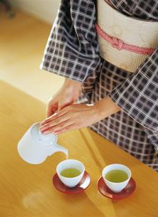 お茶を入れる和服の女性の写真素材 [FYI04028354]