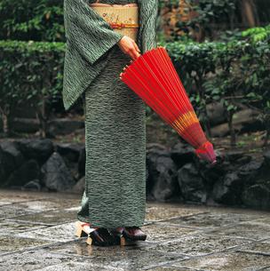 番傘を持つ和服の女性の写真素材 [FYI04028365]