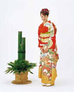 振袖の女性と門松の写真素材 [FYI04028373]