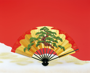 松の扇子の写真素材 [FYI04028406]