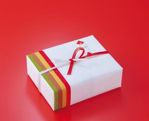 和紙で包んだ届け物の写真素材 [FYI04028425]