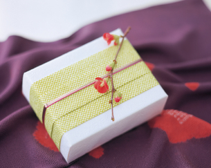 和紙でつつんだ届け物の写真素材 [FYI04028427]