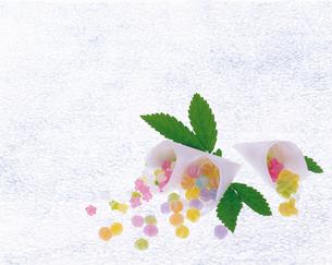 カラフルなお菓子と葉っぱの写真素材 [FYI04028443]