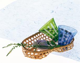 瓢箪の篭の中のガラスのコップの写真素材 [FYI04028444]