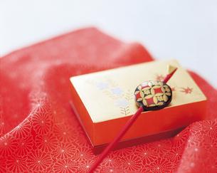 かんざしと金の箱の写真素材 [FYI04028446]