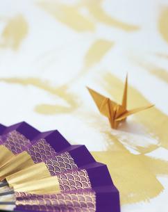 紫の扇子と金の折り鶴の写真素材 [FYI04028447]