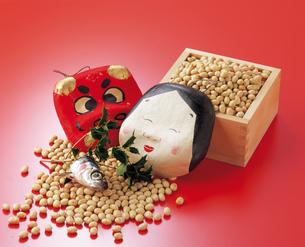 面と豆とヒイラギ 節分の写真素材 [FYI04028510]