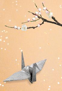 白梅と折り鶴の写真素材 [FYI04028581]