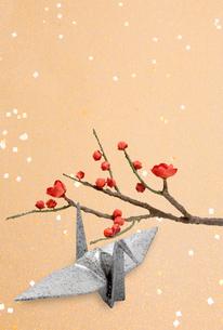 紅梅と折り鶴の写真素材 [FYI04028582]