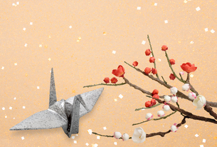梅と折り鶴の写真素材 [FYI04028583]